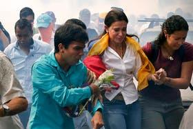 Machado escapa de los gases lacrimógenos tras intentar tomar su banca en la Asamblea Nacional