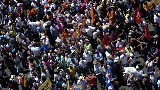 Venezuela, dividida: dos multitudinarias marchas a favor y en contra de Nicolás Maduro.