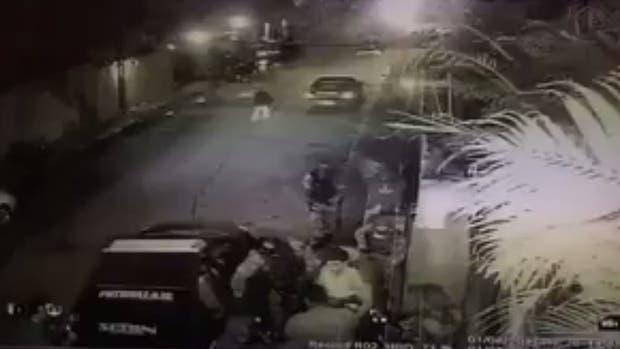 Video: de madrugada y por la fuerza sacaron a López de su prisión domiciliaria