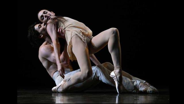 """Bailarines interpretan una escena de """"Pavane"""" en el Joyce Theater de NY,"""