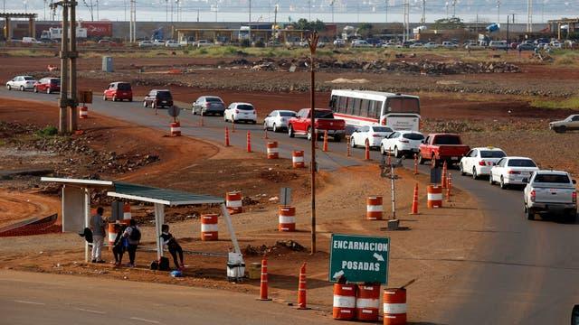 Largas colas de autos para cruzar la frontera. Foto: LA NACION / Emiliano Lasalvia /Enviado especial