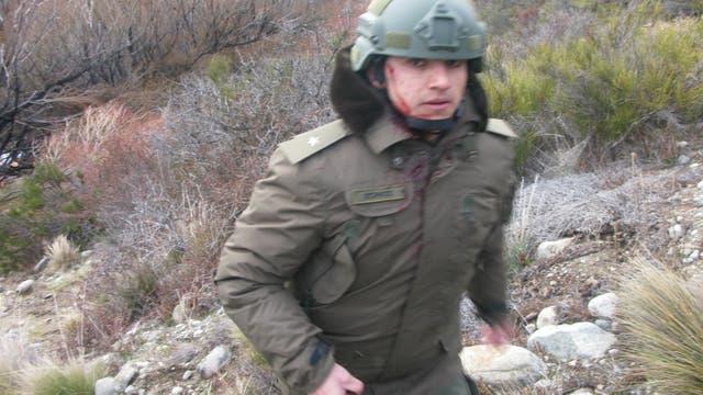 El subalférez Emmanuel Echazú, con una herida en el pómulo, aferrado a su escopeta