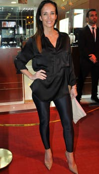 Carolina Prat, muy canchera: camisa y leggins negras, zapatos y clutch nude. Foto: Gerardo Viercovich