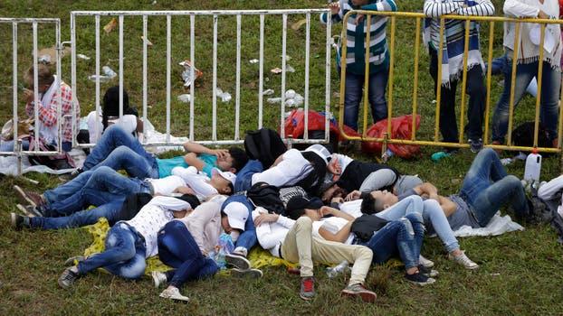 Gente esperando el inicio de la misa. Foto: AP / Ricardo Mazalan