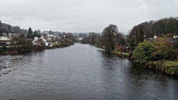 Sullivan fue denunciado por lanzar unas 200 botellas en el rio Cree, de Escocia.