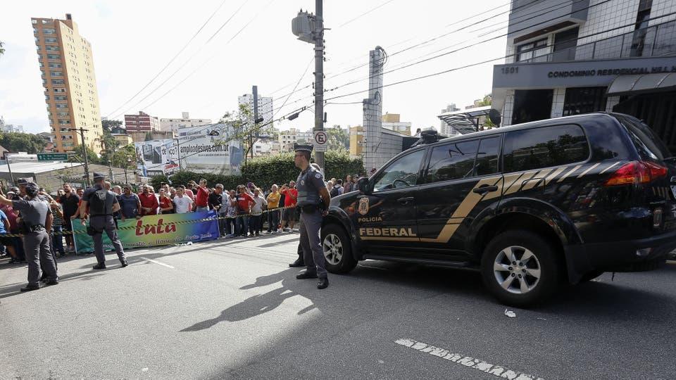 Más de 200 agentes de la Policía Federal participaron de un operativo que incluye la casa del ex mandatario, la de uno de sus hijos, y su instituto político, entre otros; está acusado de participar en un multimillonario esquema de sobornos con Petrobras. Foto: AFP