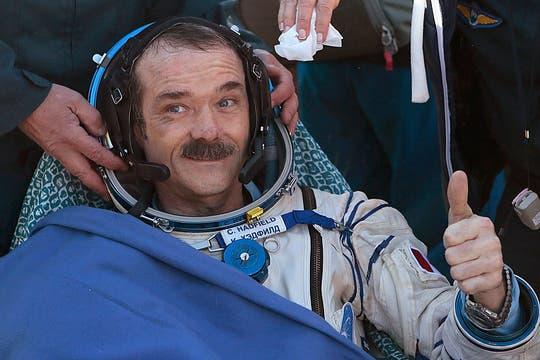 El astronauta Chris Hadfield de Canadá saluda luego de aterrizar. Foto: Reuters