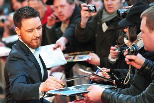 James McAvoy firma con solemnidad autógrafos en la premier del film Trance que protagoniza junto con Rosario Dawson, en Londres.