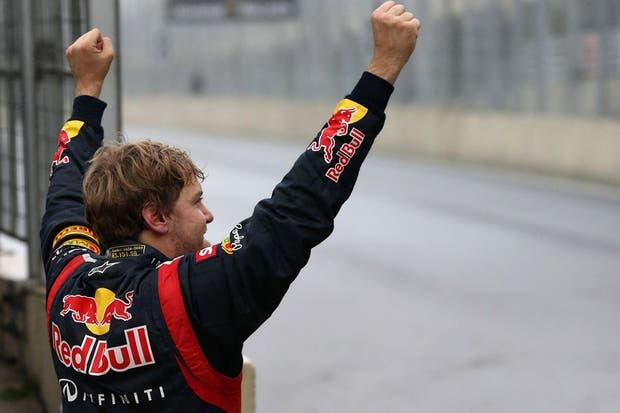 Puños en al alto para el flamante tricampeón de F1