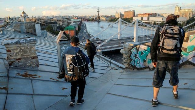 Miembros del equipo de Rudex caminan por una terraza en Moscú