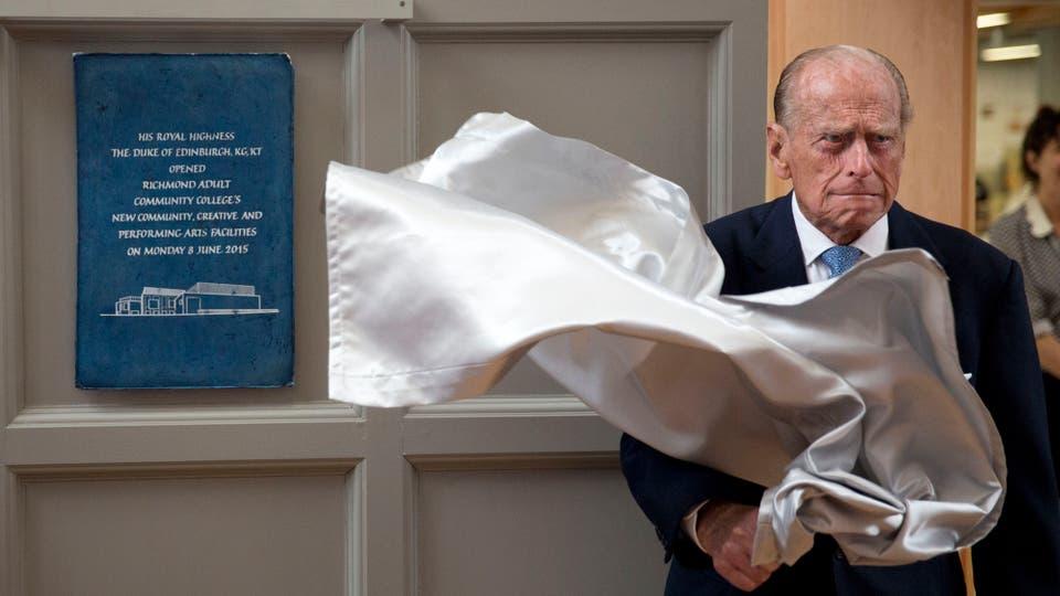 El principe Felipe de gran Bretaña descubre una placa al final de su visita al Richmond Adult Community College, el 8 de junio de 2015. Foto: AP
