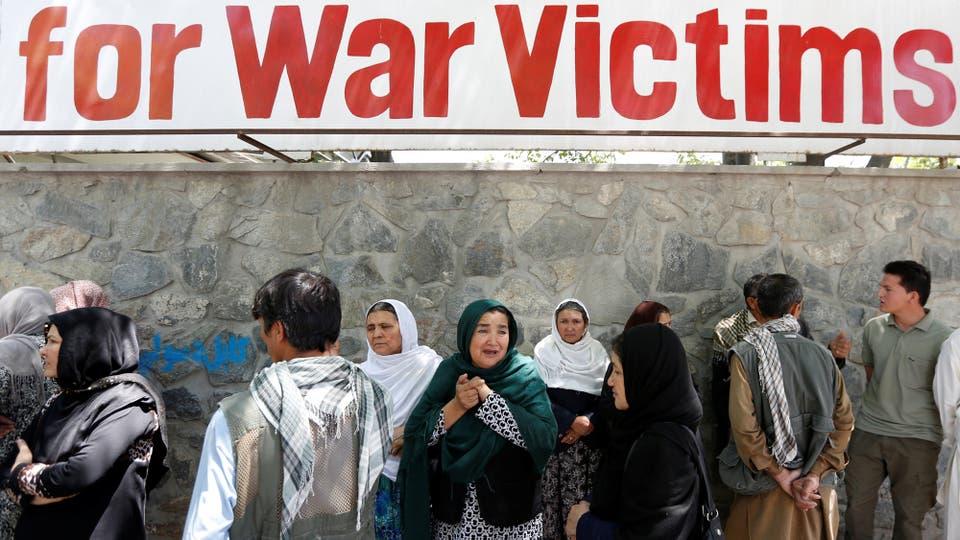 Los familiares de los heridos y los muertos, permanecen en la puerta del hospital. Foto: Reuters