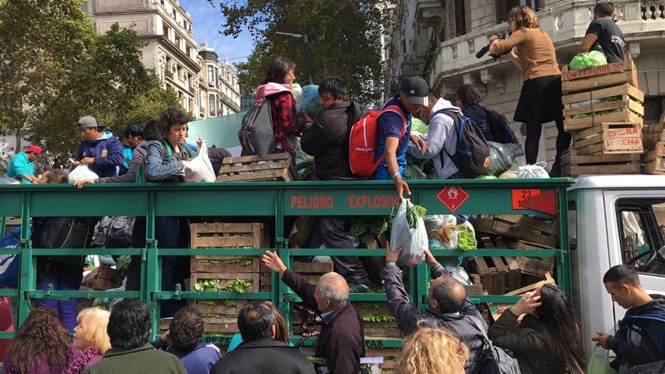 """""""Verdurazo"""" en Plaza de Mayo en reclamo de una ley de emergencia. Foto: LA NACION / Fernando Massobrio"""