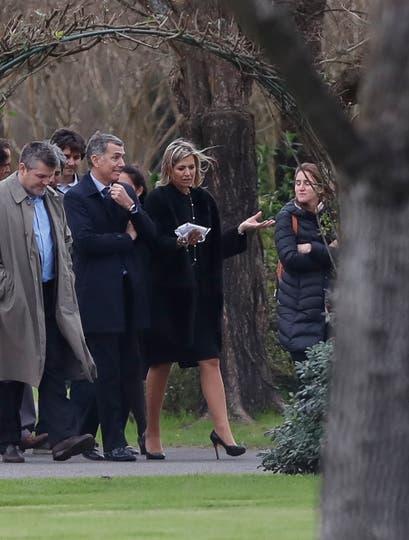 La Reina Máxima junto a familiares y amigos despiden los restos de Jorge Zorreguieta en el cementerio Memorial de Pilar. Foto: EFE / David Fernández