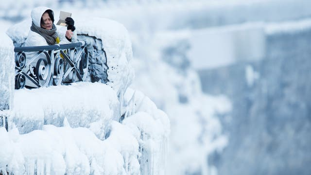 En fotos: las cataratas del Niágara, congeladas por la ola de frío extremo en EE.UU.