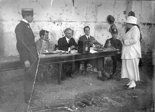A pesar del deterioro, vale como documento la fotografía, de la colección del Archivo General de la Nación, en la que se ve a Lanteri consultando en una mesa si hay boletas suyas.