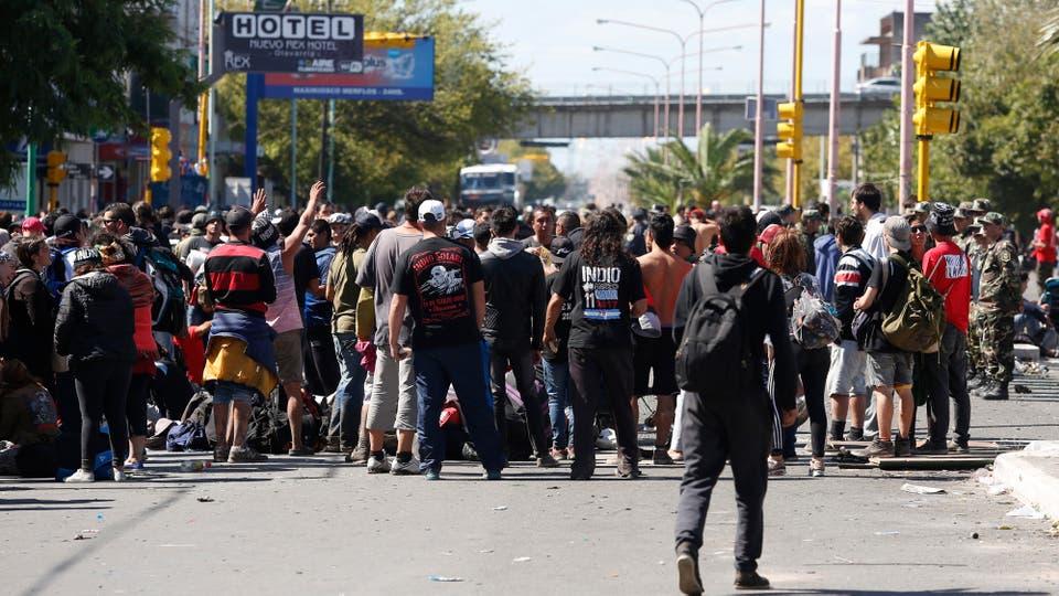 las calles están llenas de gente que no puede salir de la ciudad. Foto: LA NACION / Mauro V. Rizzi / Enviado especial