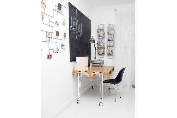Elementos bien elegidos: la pintura de pizarrón contrasta y delimita el espacio. Se destaca el pallet reformulado como escritorio, combinado con las patas de metal. Foto: Adayinthelandofnobody.