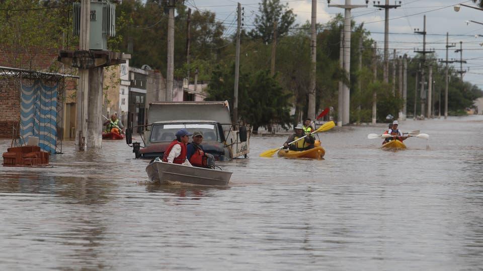 Las calles se han convertido en verdaderos ríos y la única manera de transitarlas en en bote. Foto: LA NACION / Fernando Font