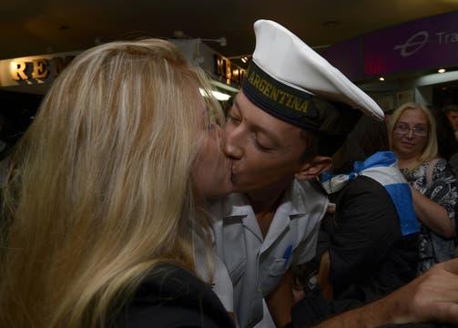La emotiva llegada a Ezeiza de los marinos desde Ghana, tras una larga espera e incertidumbre. Foto: AFP
