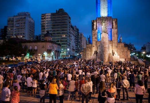 Manifestantes se congregaron en el Monumento a la Bandera, Rosario, para exigir el esclarecimiento de la muerte del fiscal Nisman.. Foto: LA NACION / Marcelo Manera