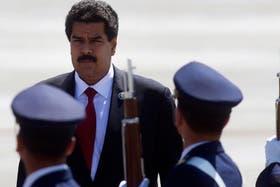 Nicolás Maduro arriba al aeropuerto de Santiago, ayer, para la cumbre del Celac-UE