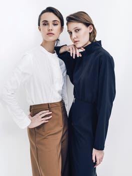 Camisa con tablas y pantalón ($ 2700 y $ 2900, Etiqueta Negra) y polera y falda ($ 2680 y $ 3500, Blackmamba). Foto: Pablo Franco