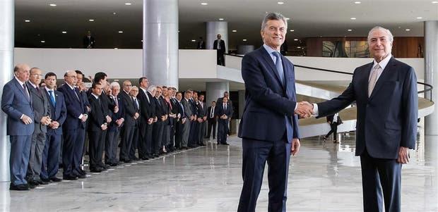 Los presidentes de la Argentina y Brasil, ayer, se saludaron en el hall de entrada del Palacio del Planalto