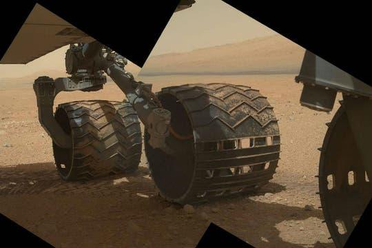 Un lateral del rover que muestra sus tres ruedas derechas. Foto: NASA