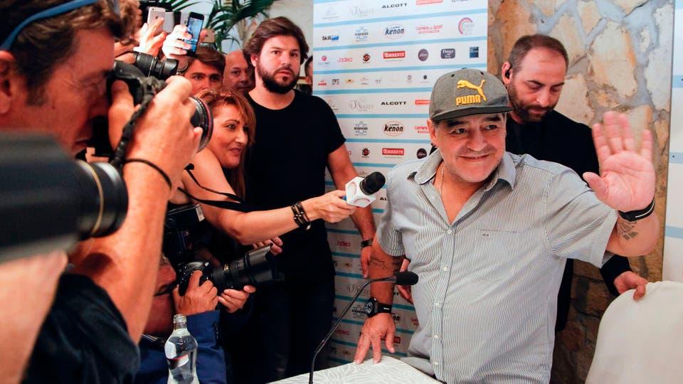 Diego Maradona dando una conferencia de prensa antes de la ceremonia en la que se le concedió el título de ciudadano honorario de Nápoles, Italia. Foto: AFP / Carlo Hermann
