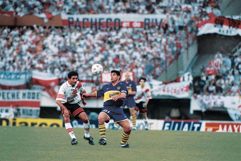 Maradona en acción, ante Astrada. Foto: Archivo LA NACION