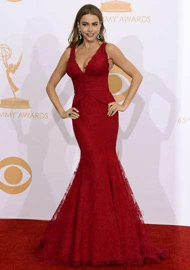 Sofía Vergara, protagonista de Modern Family, una de las series ganadoras de la noche -mejor comedia-, deslumbró con un vestido by Vera Wang colorado. Foto: AP/EFE/Reuters
