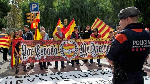 El gobierno catalán pretende celebrar el domingo un referéndum independentista en abierto desafío a los tribunales españoles