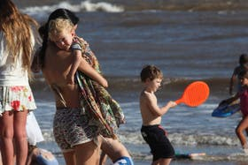 Según la Soceidad Argentina de Dermatología, es esencial comenzar a protegerse del sol desde la infancia
