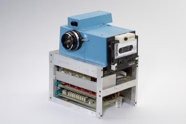 La primera cámara digital, creada por Kodak a fines de 1975. Tres décadas más tarde, la fotografía vive sus transformaciones más grandes de la mano de los teléfonos celulares