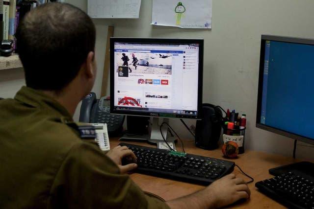 Un soldado israelí visita la página de Facebook de las Fuerzas de Defensa de Israel, que adoptó el concepto de ludificación con un sistema que otorga puntos a los visitantes que comparten las noticias de su sitio web
