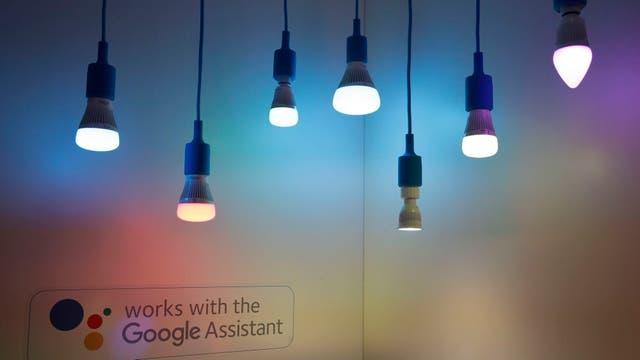 Estas luces LED de la firma Wiz se pueden controlar con Google Assistant; Amazon también tiene múltiples lámparas compatibles