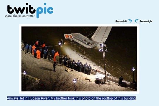 """04-""""El avión sobre el río Hudson. Mi hermano tomó la foto desde la terraza de un edificio"""" http://twitpic.com/13a7q. Foto: Gentileza rubenq / Twitpic"""