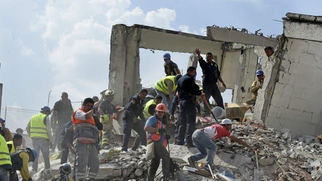 Los voluntarios comenzaron ayer las tareas de rescate minutos después del violento terremoto