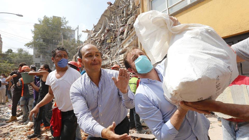 El mayor números de niños murió en una escuela que colapsó con el terremotos, aún buscan niños con vida. Foto: DPA