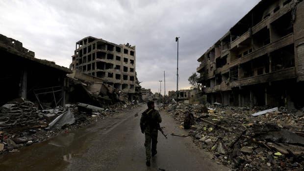 Un miembro de las Fuerzas Democráticas Sirias (SDF) en Raqqa