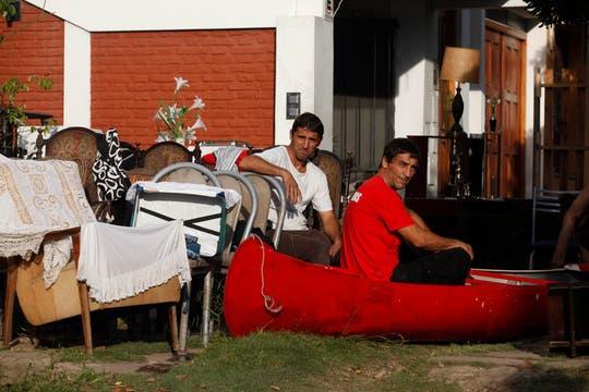 Leandro y Lisandro García con un jet ski y canoas rescataron a varios vecinos. Foto: LA NACION / Ignacio Coló