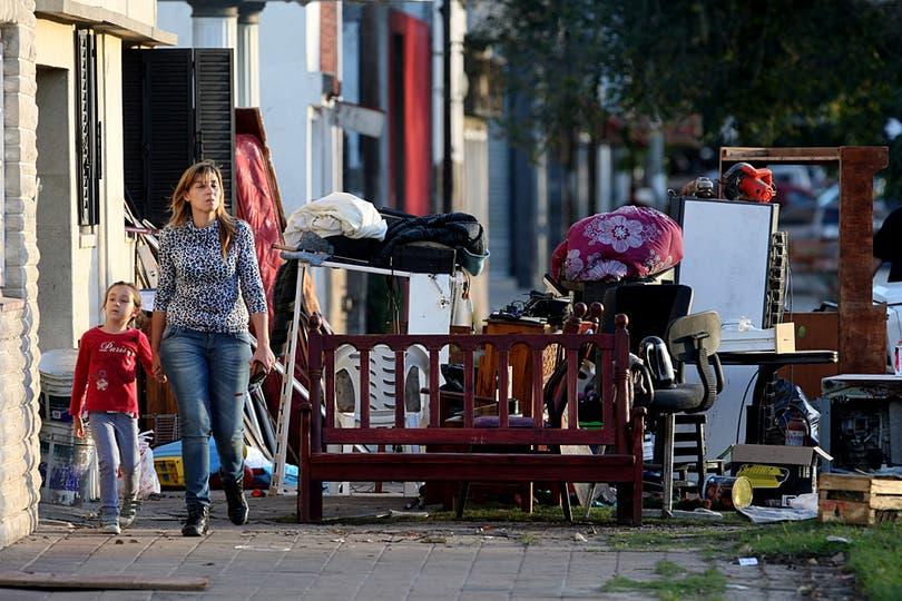 Muebles y electrodomésticos ayer en en la vereda de una casa en el barrio de Tolosa. Foto: LA NACION / Santiago Hafford