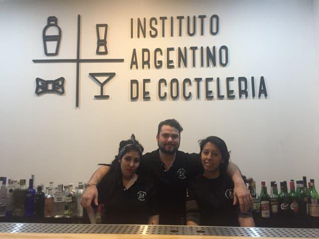 Micaela Chazarreta, Francisco Misuri y Vanina Rodríguez, estudiantes de la carrera anual de Bar Manager en el Instituto Argentino de Coctelería