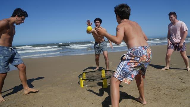 Justo, Tobías, Benjamín, Marcos juegan al spikeball