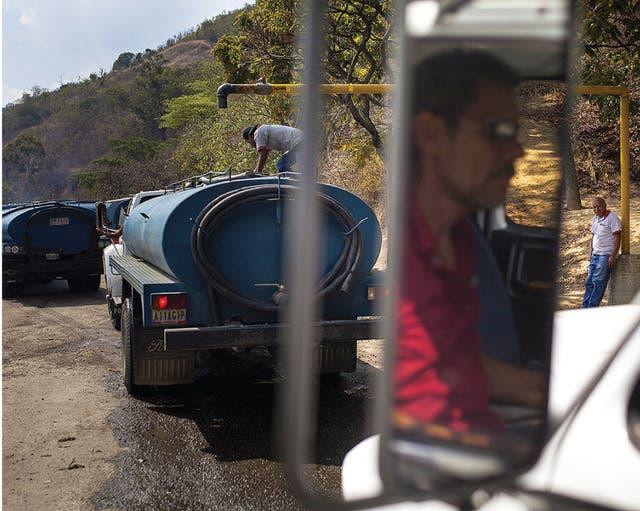Algunos han optado por asaltar a los camiones cisterna y robarse el agua.