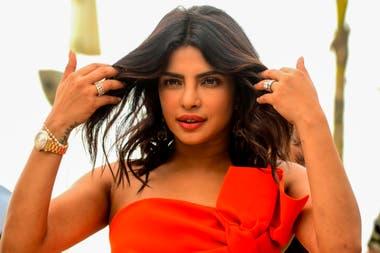 Priyanka Chopra Jonas no pasó inadvertida por los fotógrafos mientras promocionaba su estreno