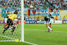 Crespo anota el gol del empate en el Mundial de Alemania 2006