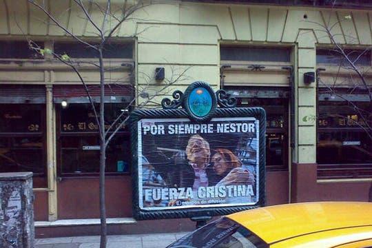 Así amaneció Buenos Aires el día después de la muerte de Néstor Kirchner. Foto: lanacion.com / @msolamaya