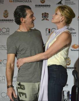 ¡Hay amor! Antonio Banderas y su mujer, Melanie Griffith, promocionaron su última película Ruby Sparks, en el Festival Internacional de Acapulco. Foto: Reuters